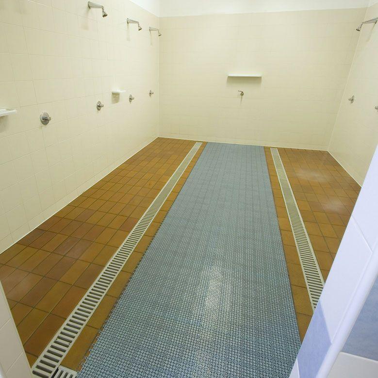 Pavimentazione colorata in plastica multiplate for Adesivi per piastrelle doccia